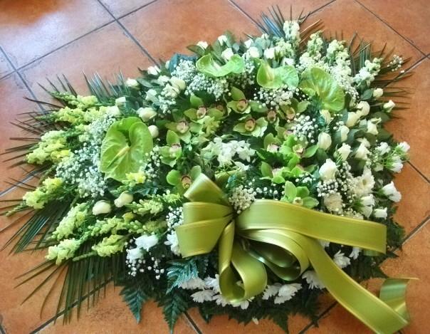 Coroa antirrínium, antúrios, orquídeas, eustomas, margaridas e vivás