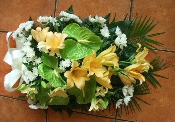 Palma fúnebre de lílios, margaridas e antúrios