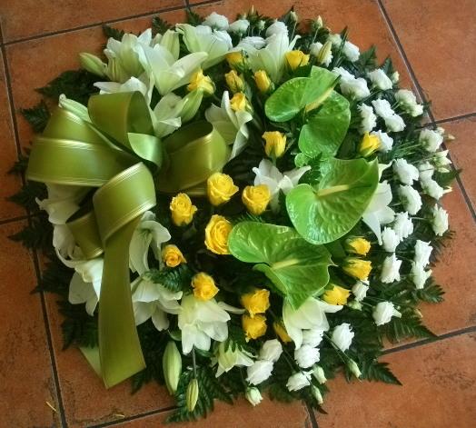 Coroa fúnebre de eustomas, rosas, antúrios e lílios
