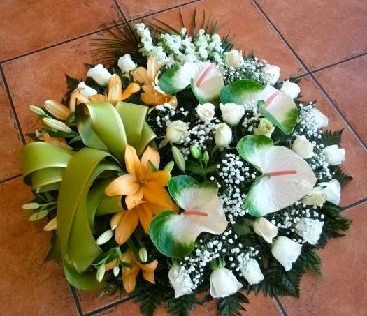 Coroa fúnebre de antirrinium, antúrios, rosas, lílios e vivás