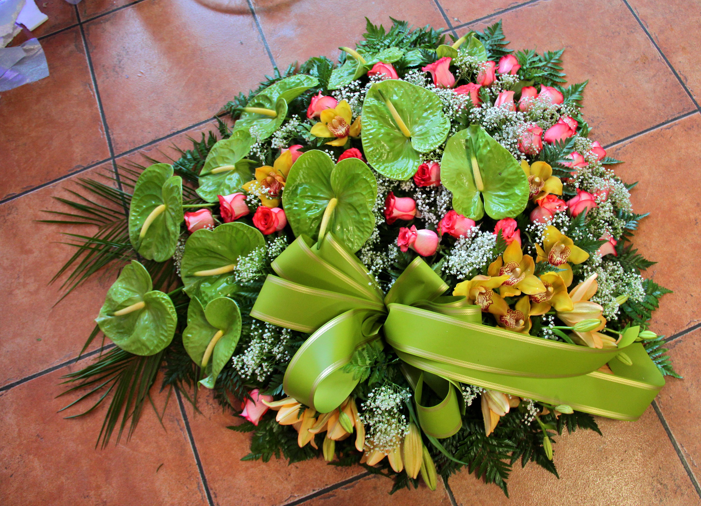 Coroa fúnebre de antúrios, lílios, rosas e vivás